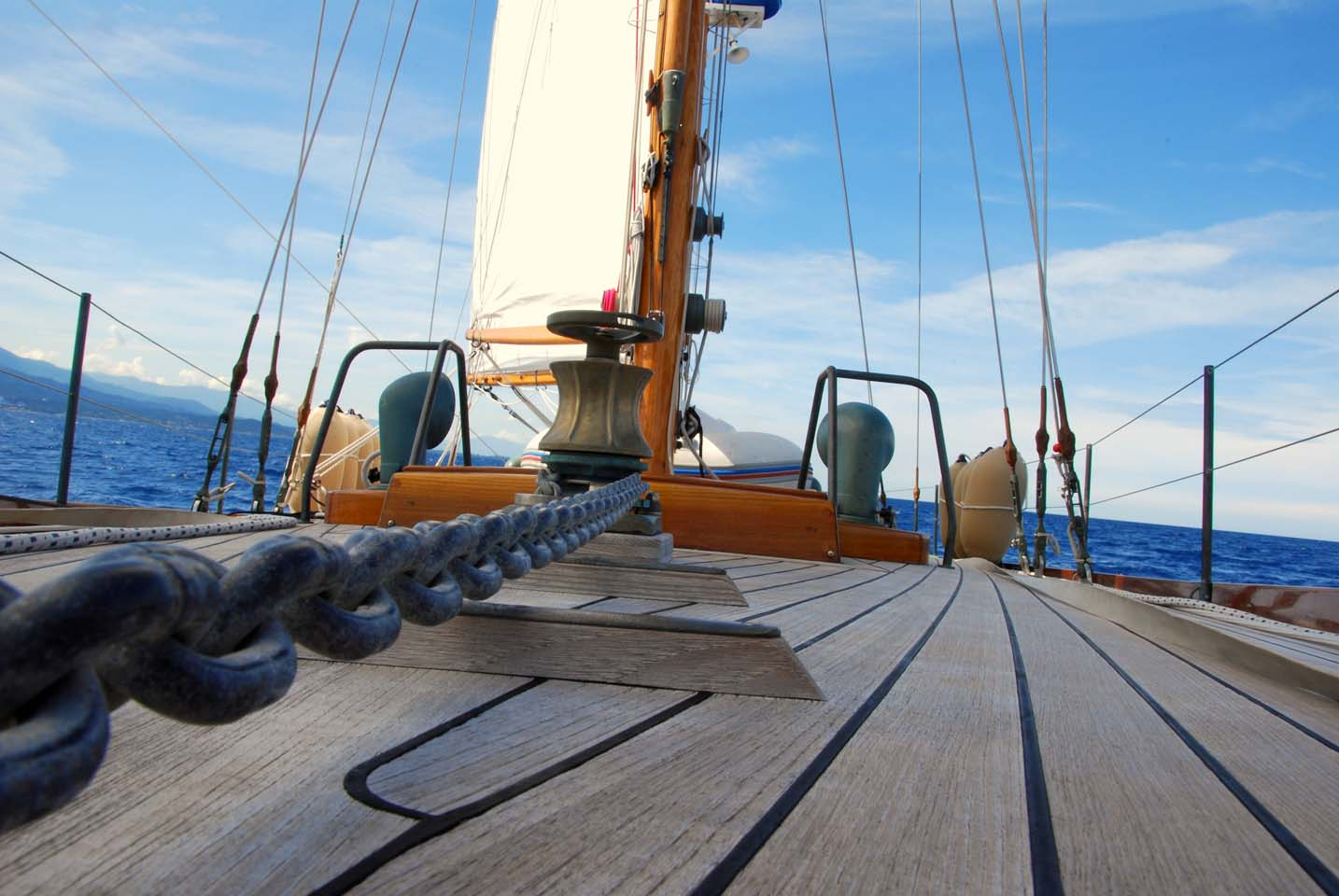 Panoramica del ponte di un'imbarcazione