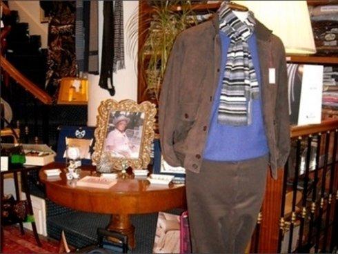 Presso il negozio Arturo Scola si trovano tessuti pregiati come seta e cachemire.