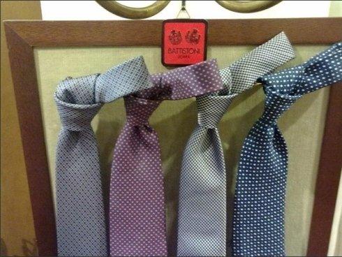 La sartoria Arturo Scola propone cravatte e foulard da indossare nelle occasioni speciali.