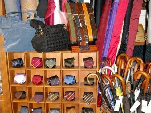 Il negozio Arturo Scola vende ombrelli classici realizzati con materiali resistenti.