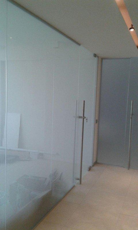 Muro in vetro opaco temperato all'interno di un'abitazione