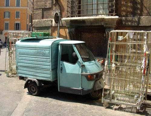 quattro ruote parcheggiato