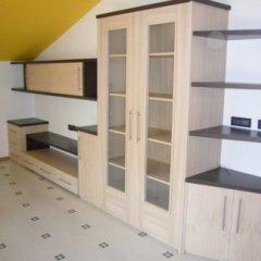 contrasto tinte legno, mobile con vetrinetta