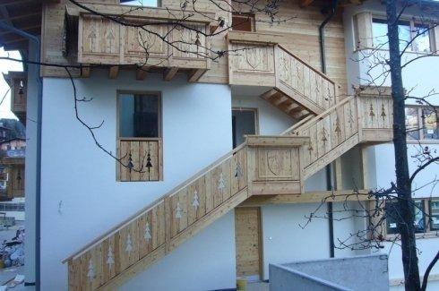 scale in legno, parapetto in larice