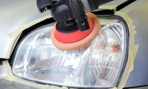 un dispositivo che lucida un fanale di una macchina