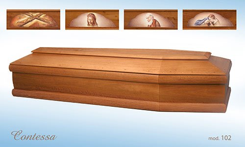 foto di una bara di legno e sopra delle fotografie raffiguranti il Cristo, una croce ecclesiastica e dei santi.