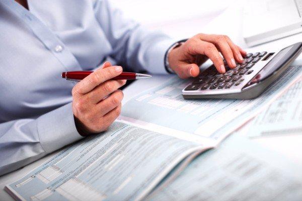 Consulente fiscale con una calcolatrice