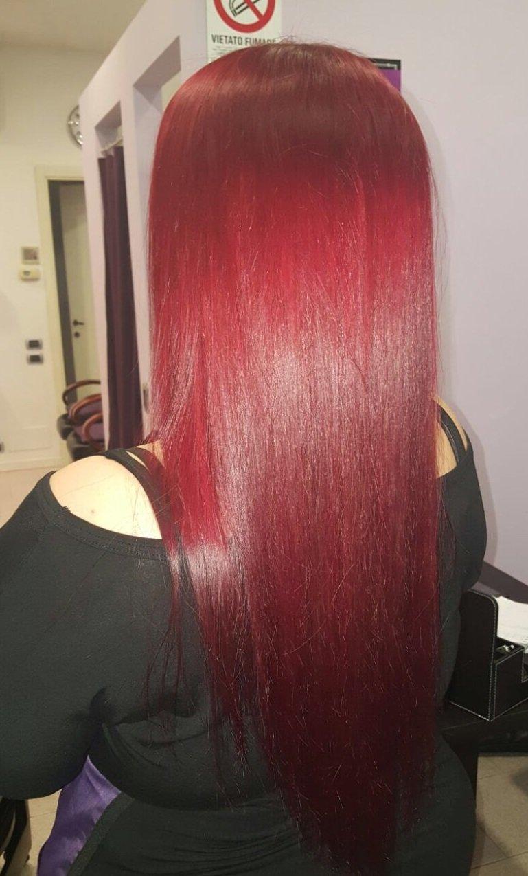 una ragazza con capelli rossi lisci e lunghi