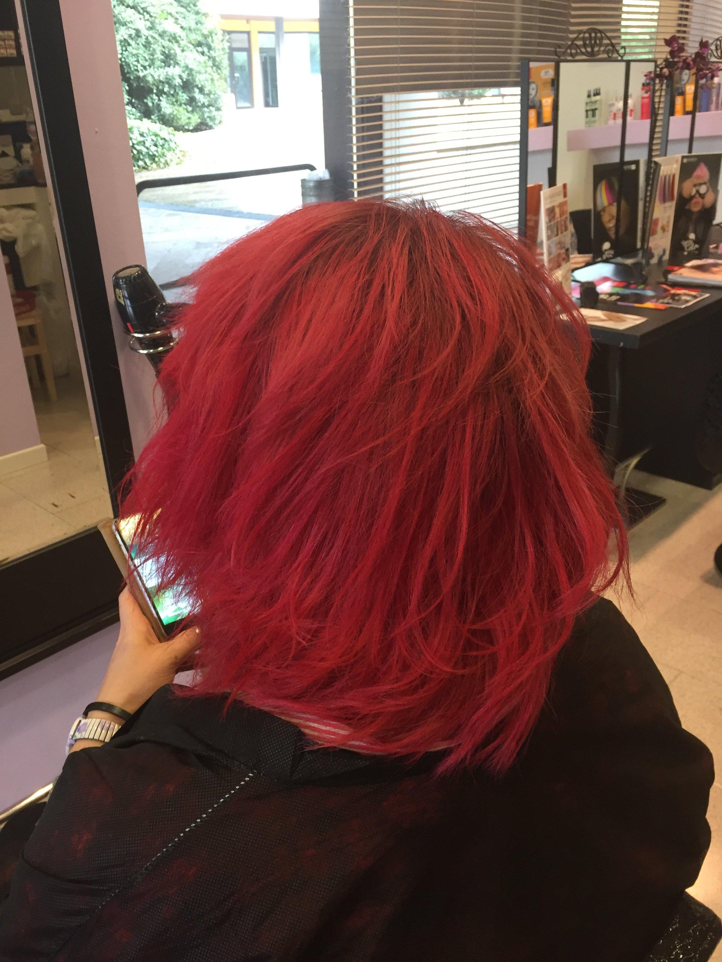 una donna con capelli corti mossi e rossi