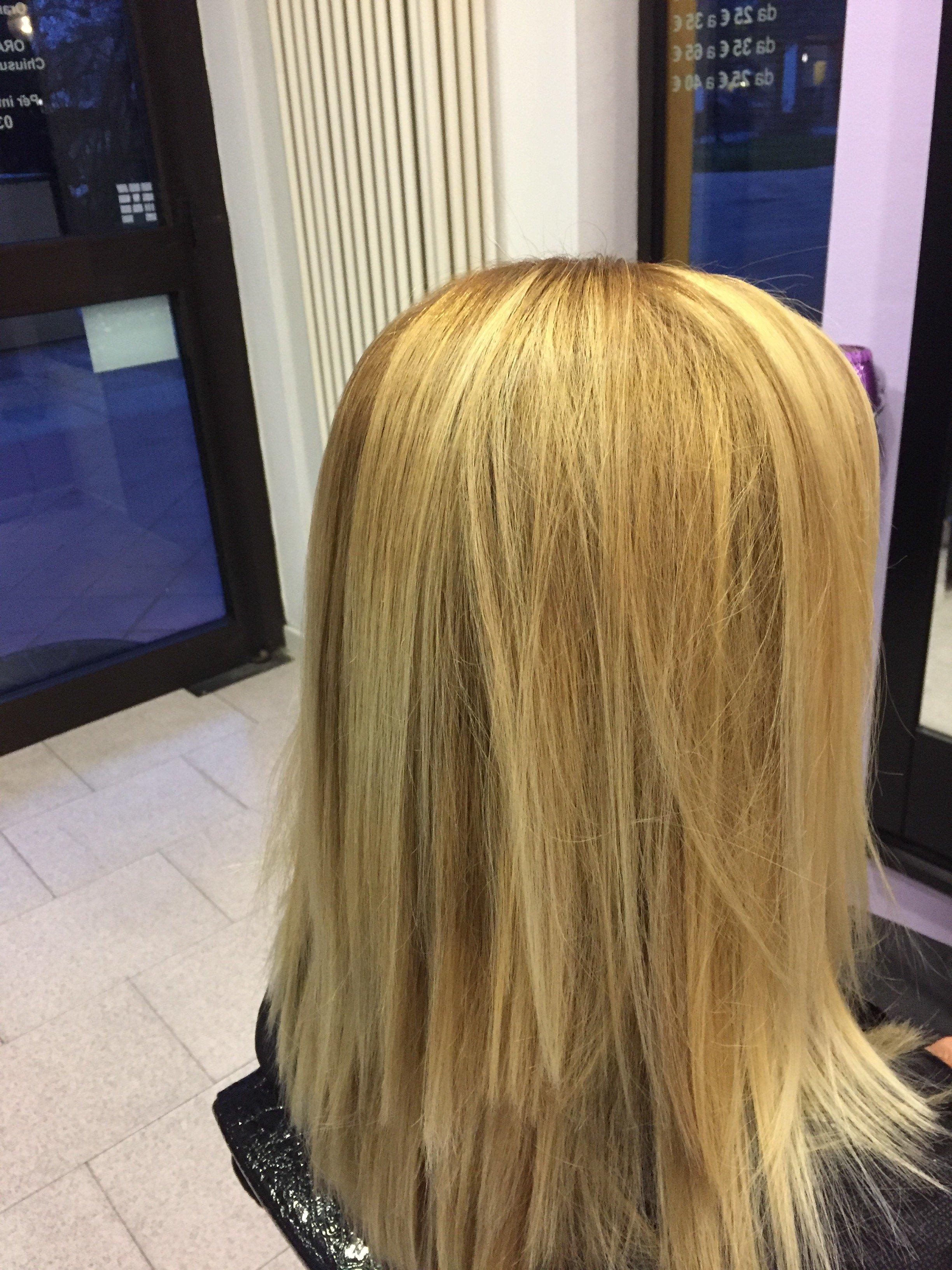una ragazza con i capelli biondi