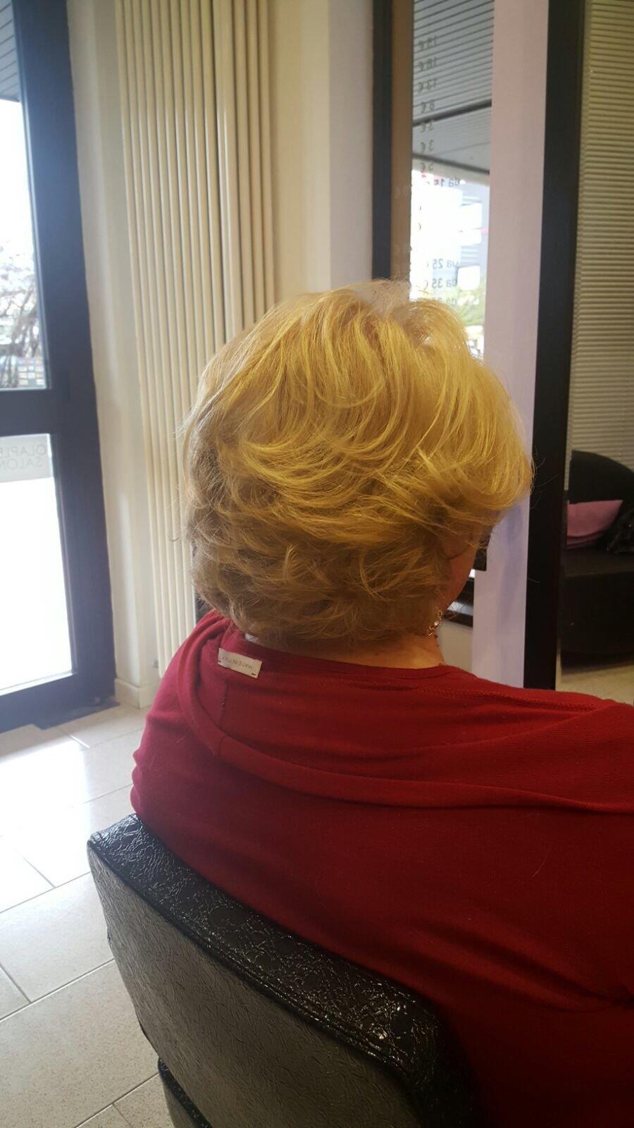 una signora con capelli corti biondi