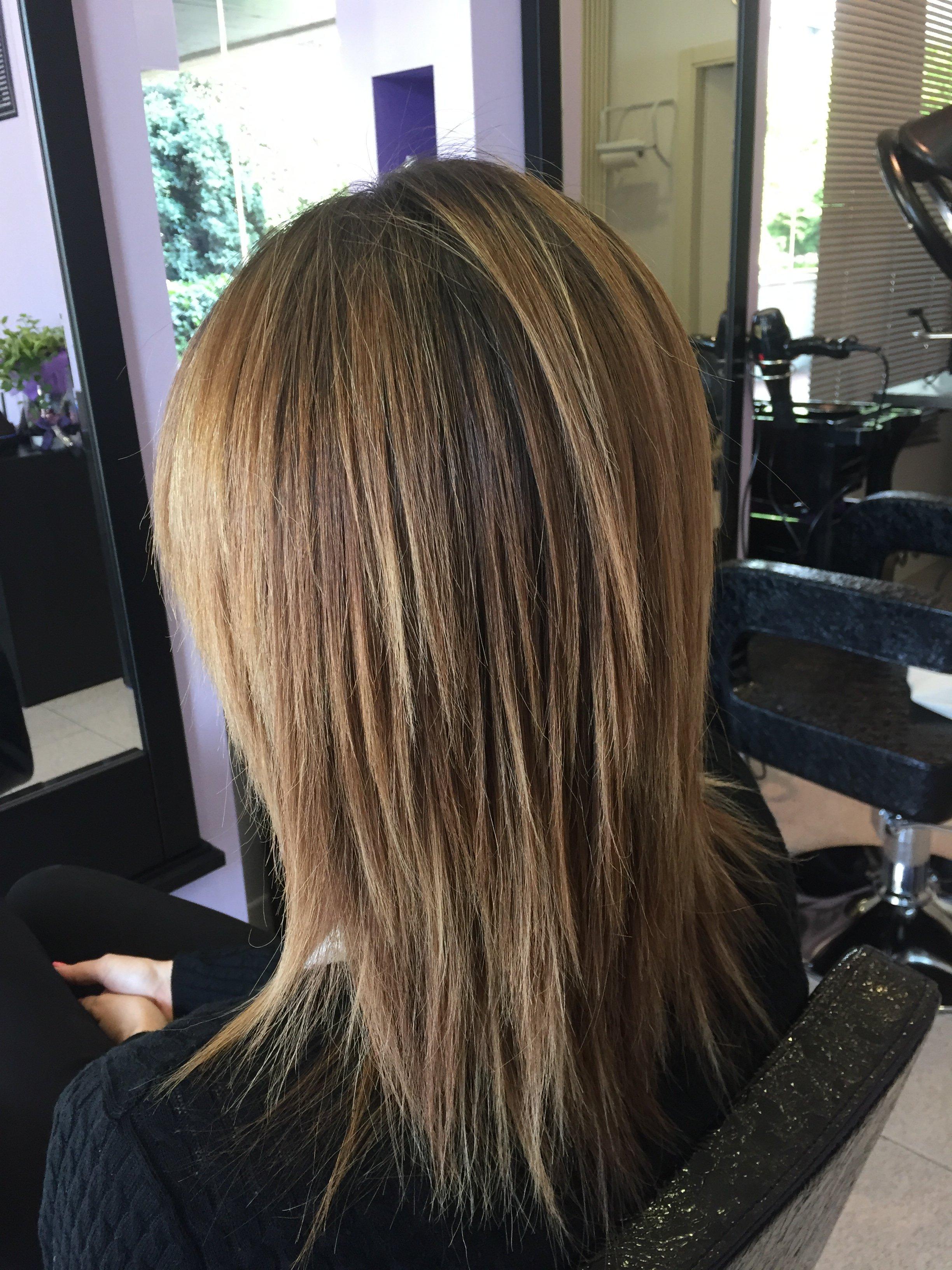 una donna con capelli biondi di lunghezza media