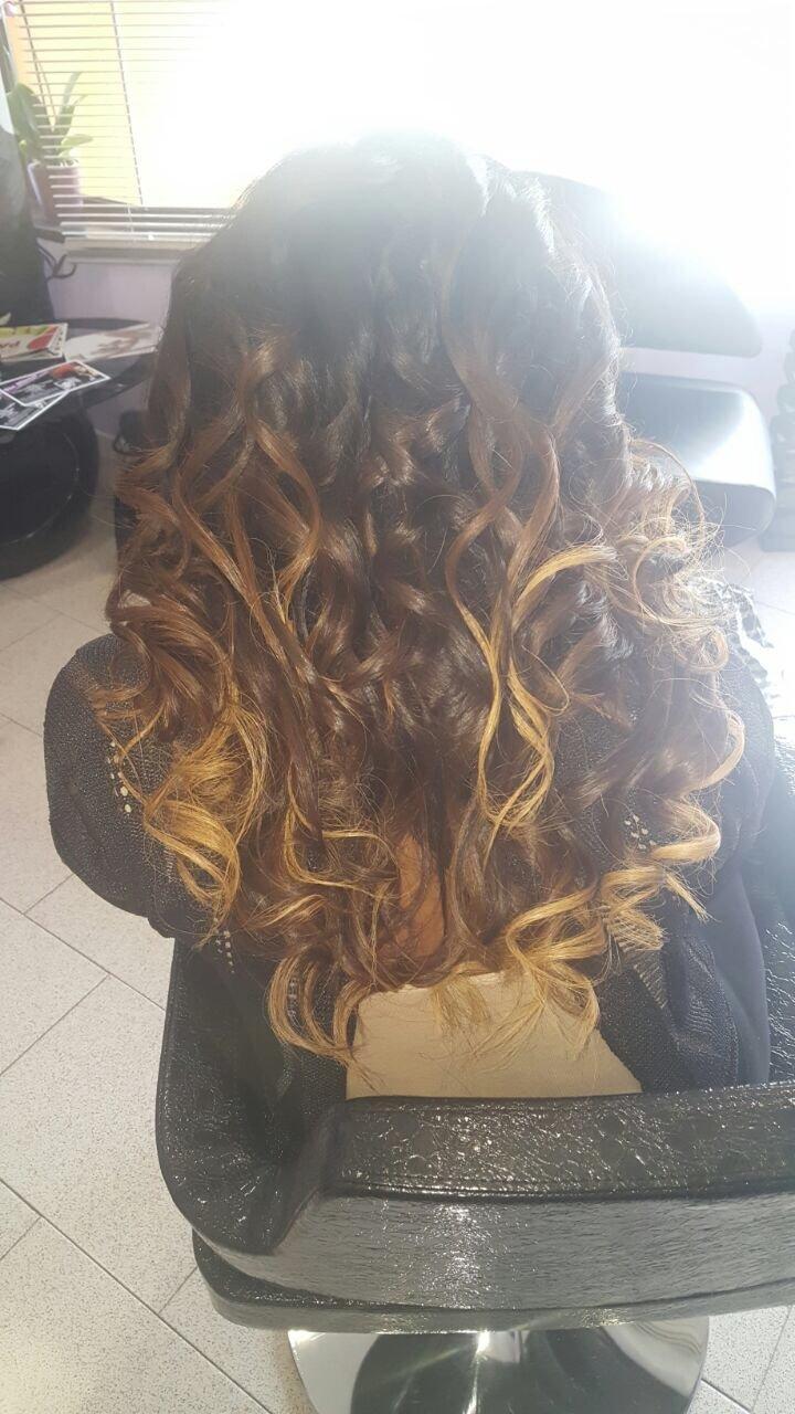una ragazza con capelli mossi castani