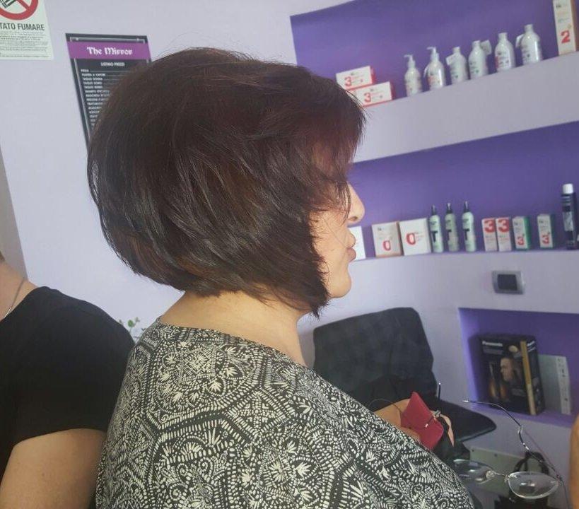 una signora con capelli corti color rossiccio