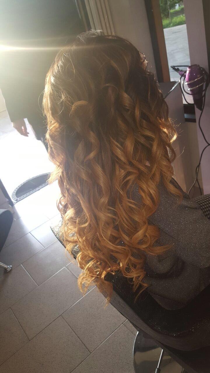una ragazza con capelli ricci castani chiari