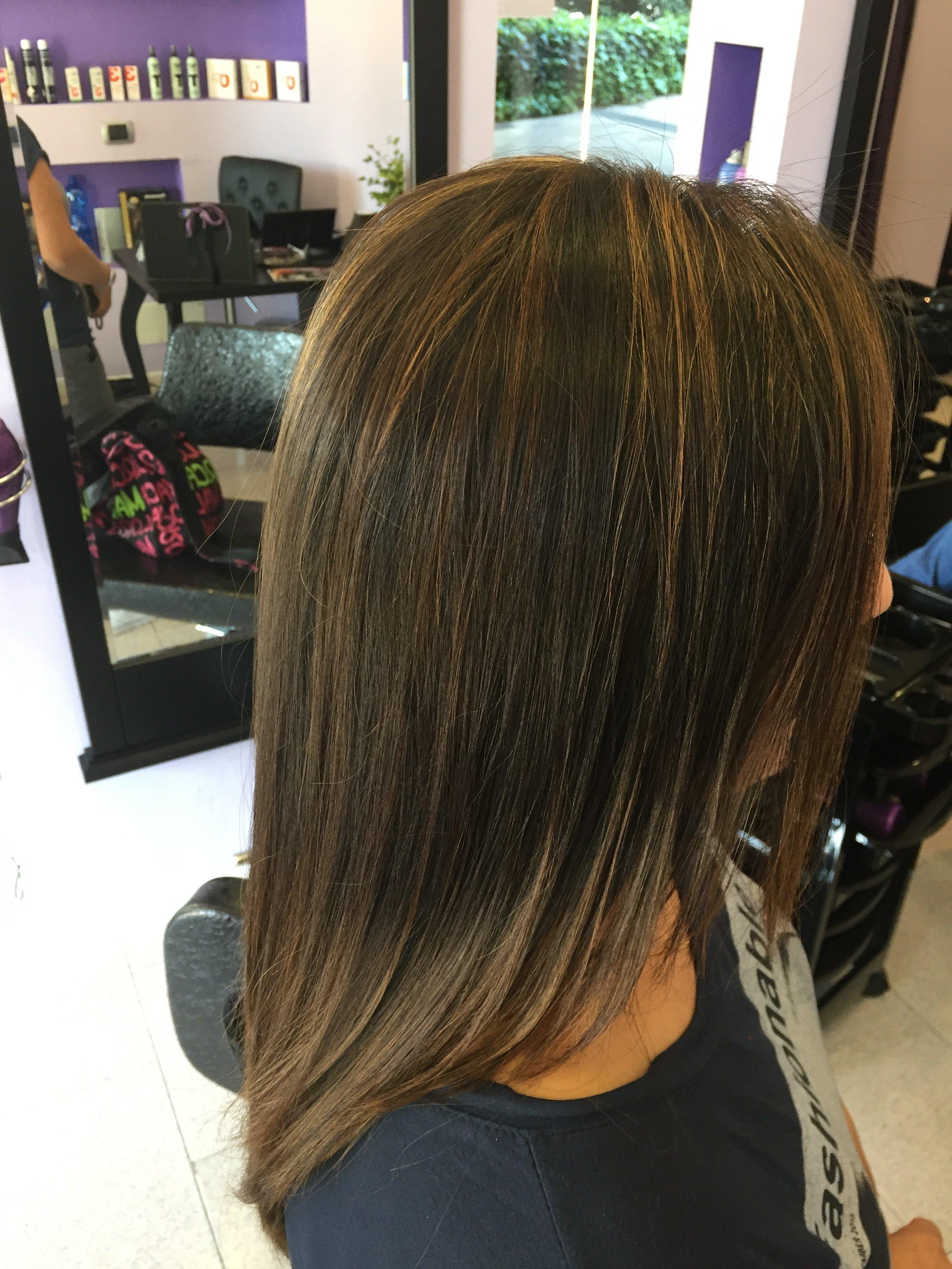 una donna con capelli castani lisci di media lunghezza