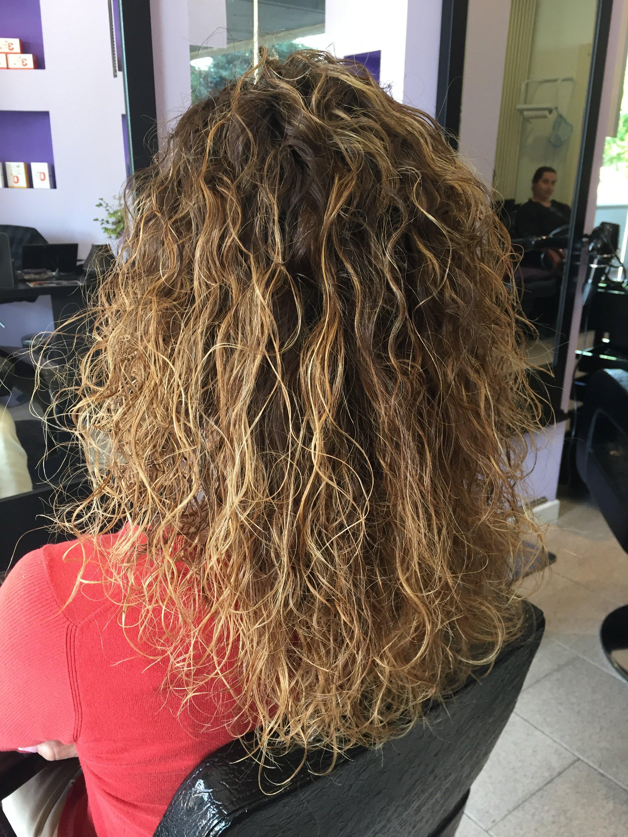 una donna con capelli castani mossi