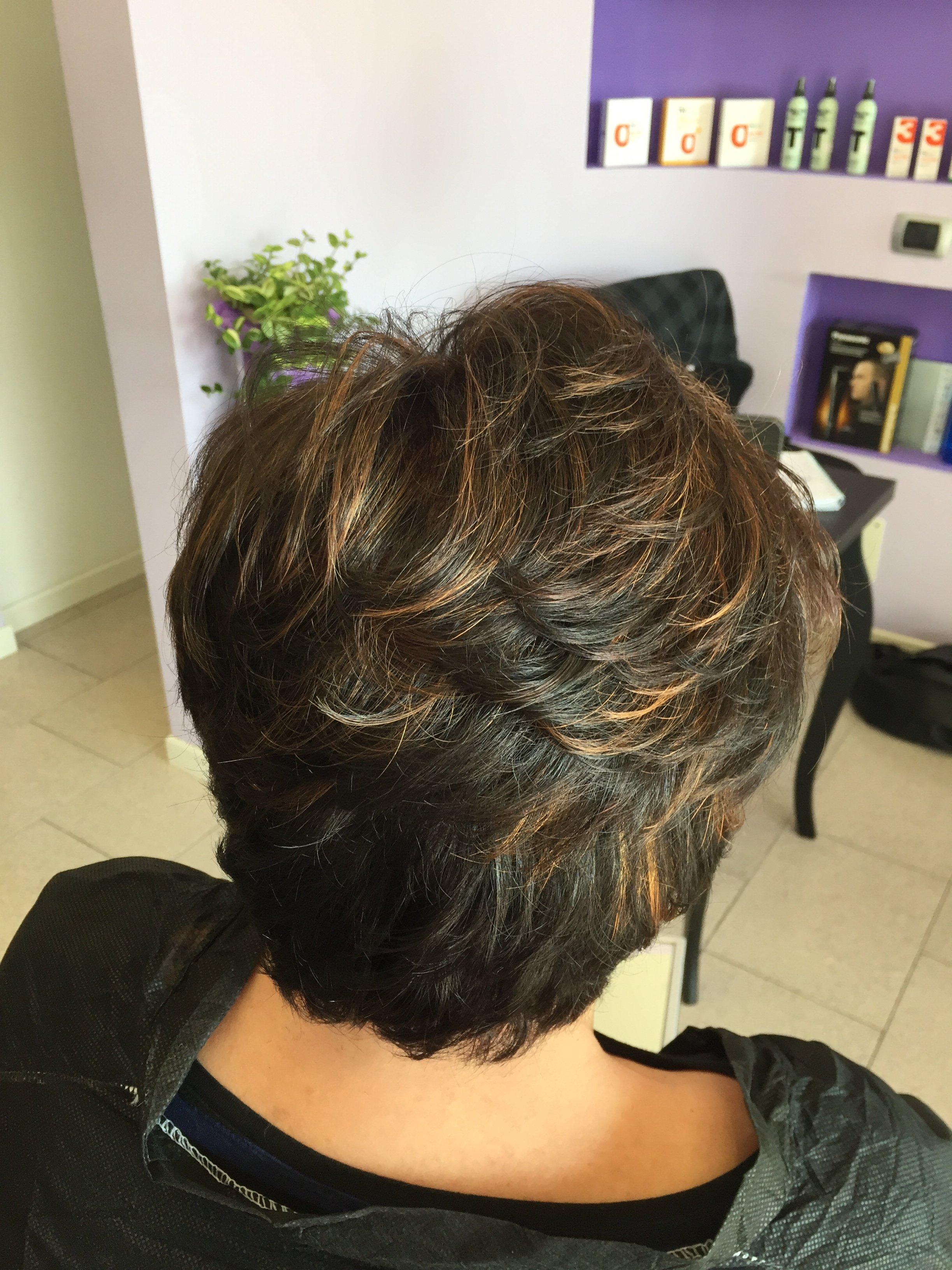 una signora con capelli castani scuri corti