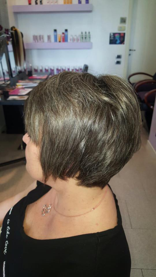 una signora con capelli castani corti