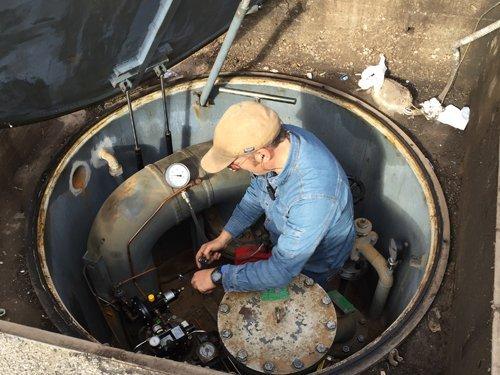 operaio durante una manutenzione di un impianto gas