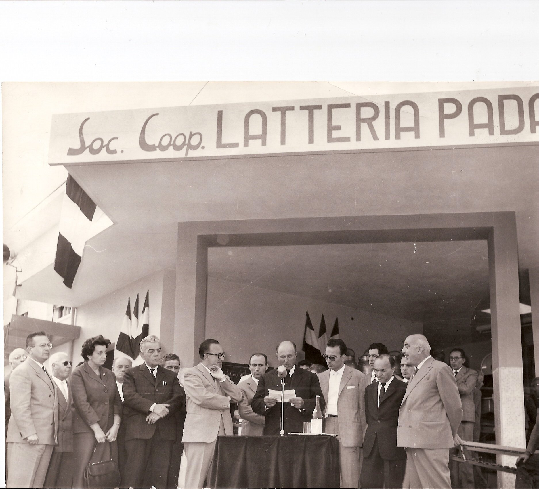 Imprenditore fa il discorso di inaugurazione - foto storica