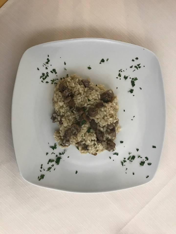 un piatto di risotto coi funghi