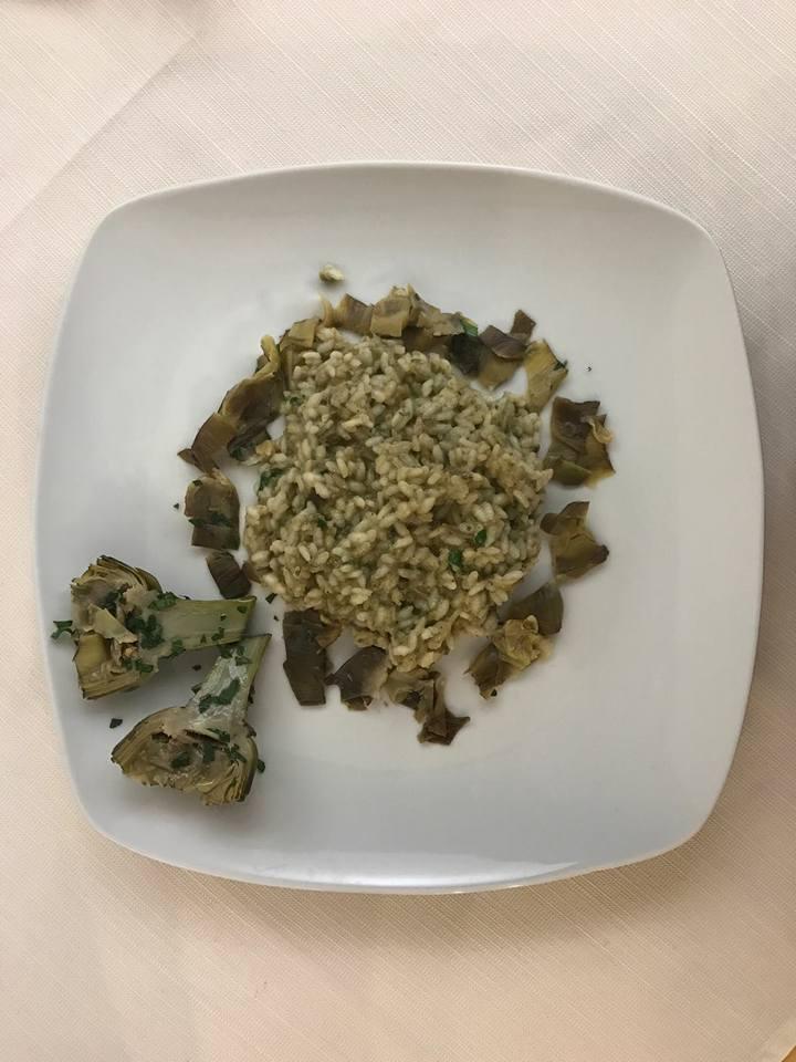 un piatto di risotto coi carciofi