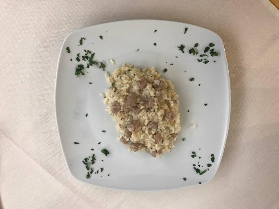 un piatto di risotto alla salsiccia