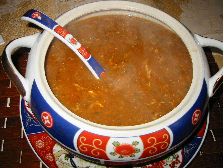 una bacinella di porcellana con una zuppa di color rosso