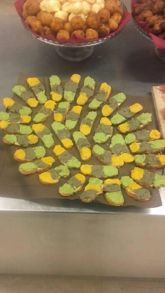 delle fette di pane con salsa gialla,marrone e verde