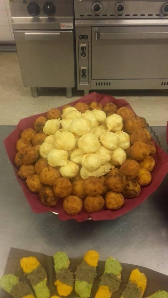 un piatto con delle crocchette