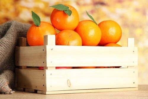 cassetta di legno con arance