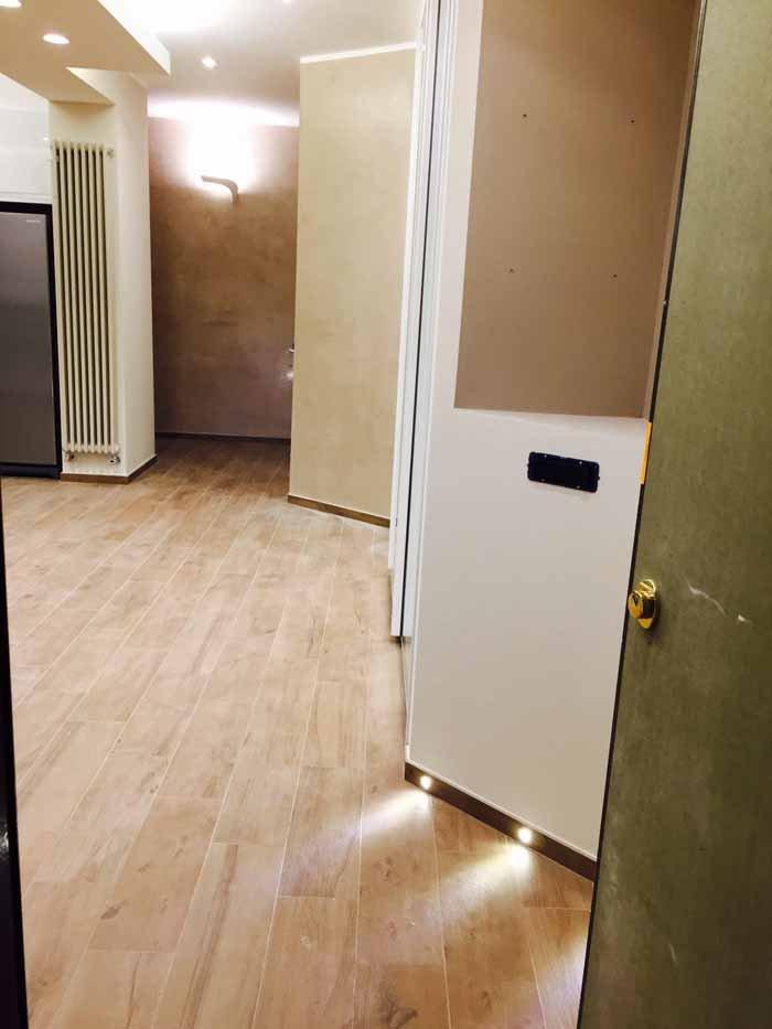 vista angolare di una stanza con pavimento in legno