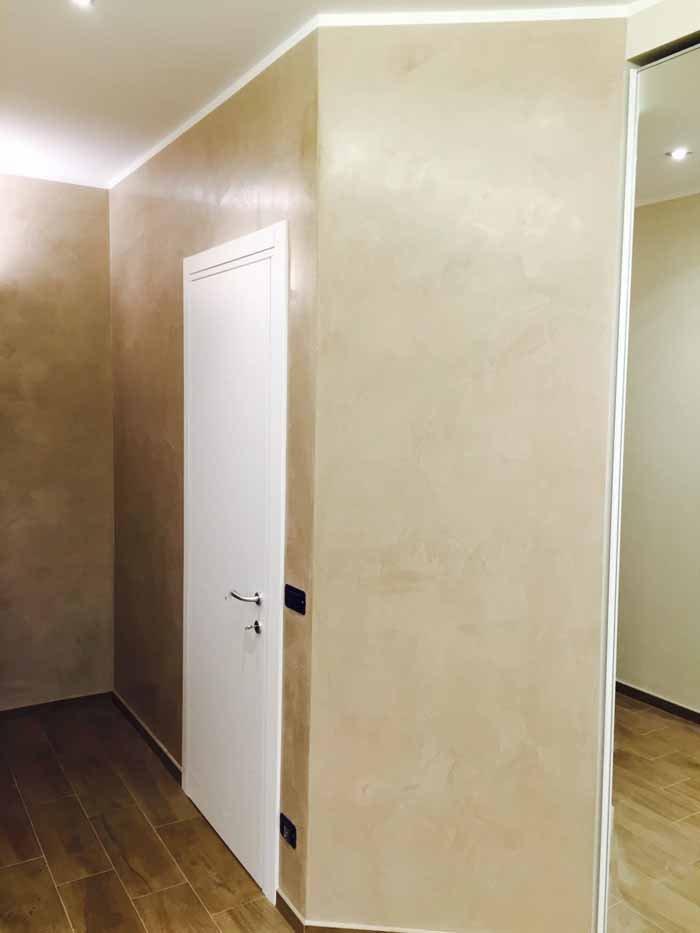 vista angolare di una stanza con porta bianca