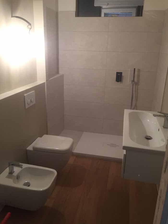 bagno con sanitari e lavabo