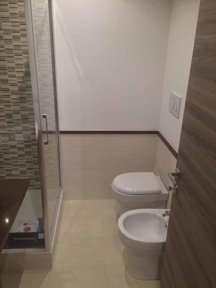 bidè e specchio con porta aperta di bagno