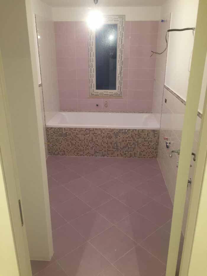 vista di un bagno con vasca