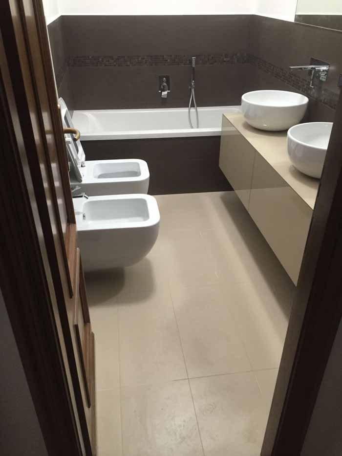 vista frontale di un bagno con lavabi, bidet e vasca