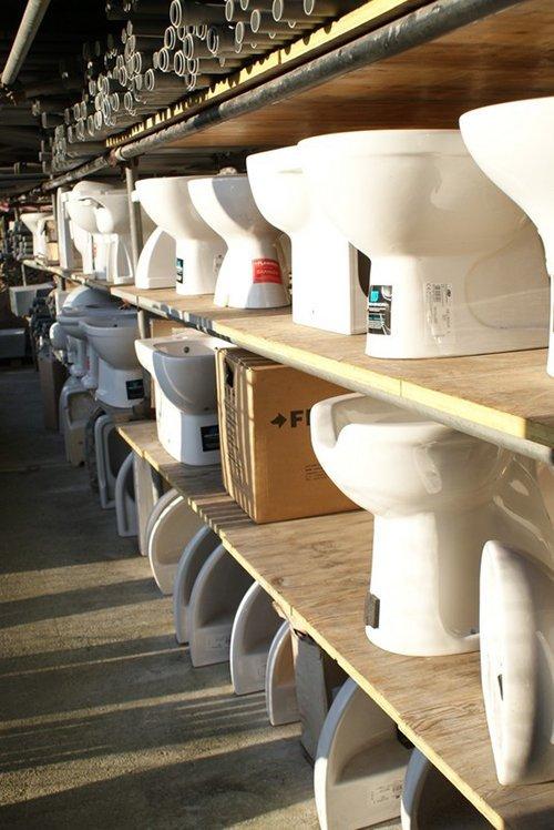 magazzino conteneti dei toilet ordinati in fila