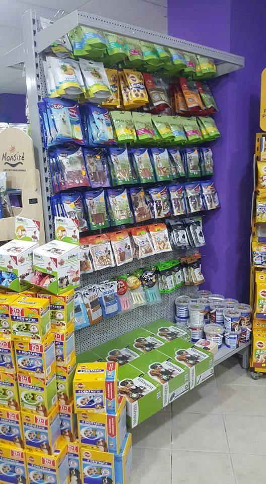 scaffali in negozio di animali con prodotti alimentari