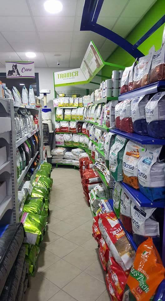 scaffali in negozio di animali con pacchi di crocchette