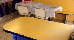 locale con tavolini, sedie