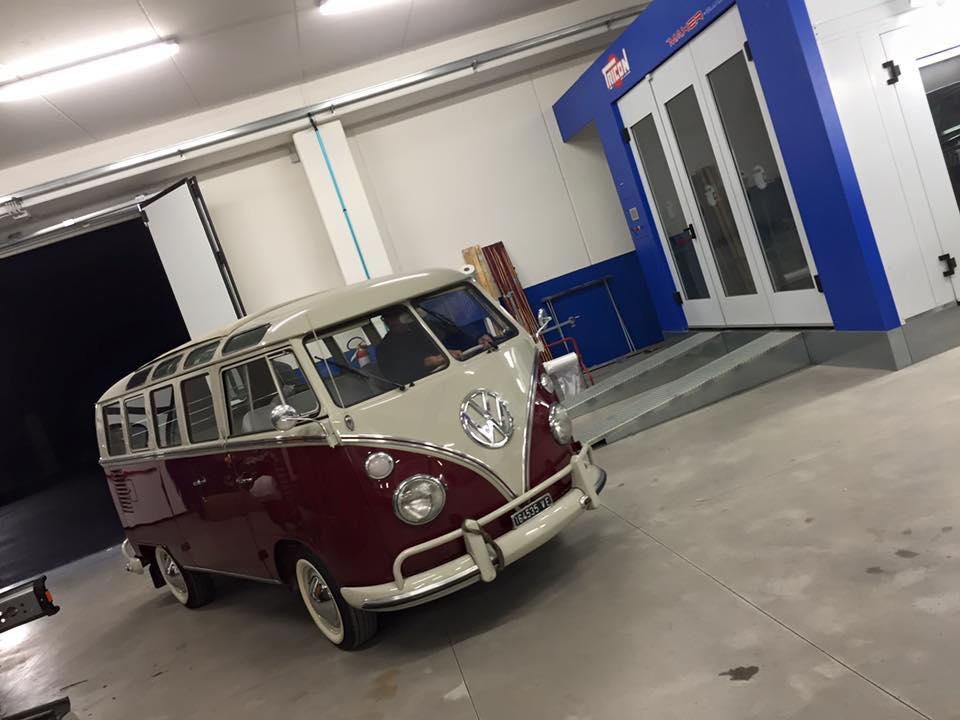 un furgone bianco e bordeaux Wolkswagen