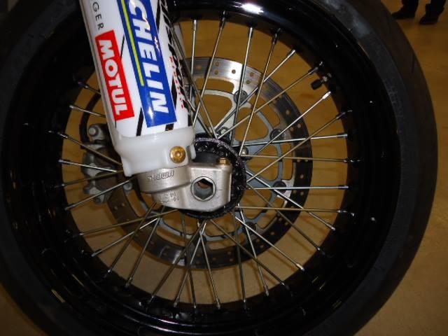 una ruota di una moto da cross