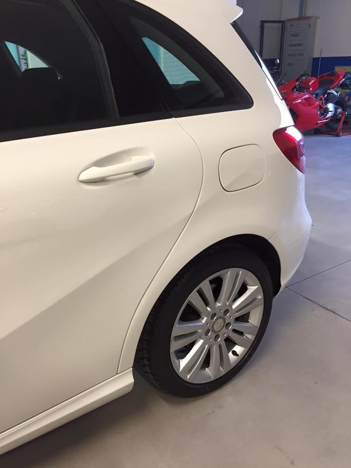 vista laterale di una macchina bianca