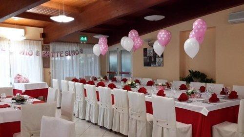 tavolata con palloncini rosa e bianchi