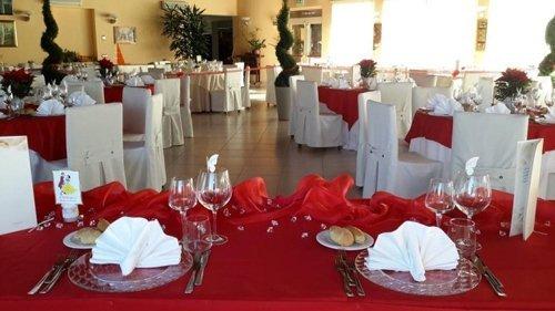 tavoli con tovaglie rosse