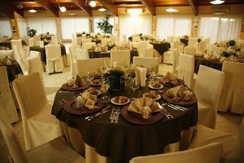 tavoli nella sala ricevimenti