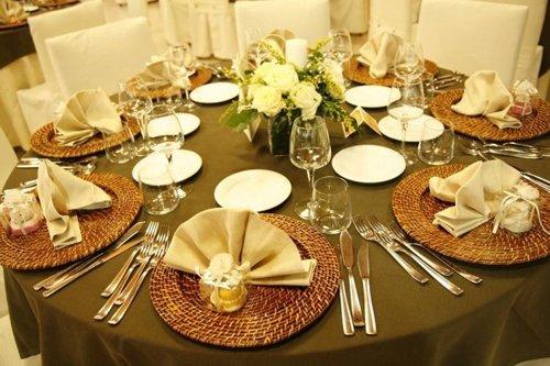 tavolo con vaso di fiori al centro