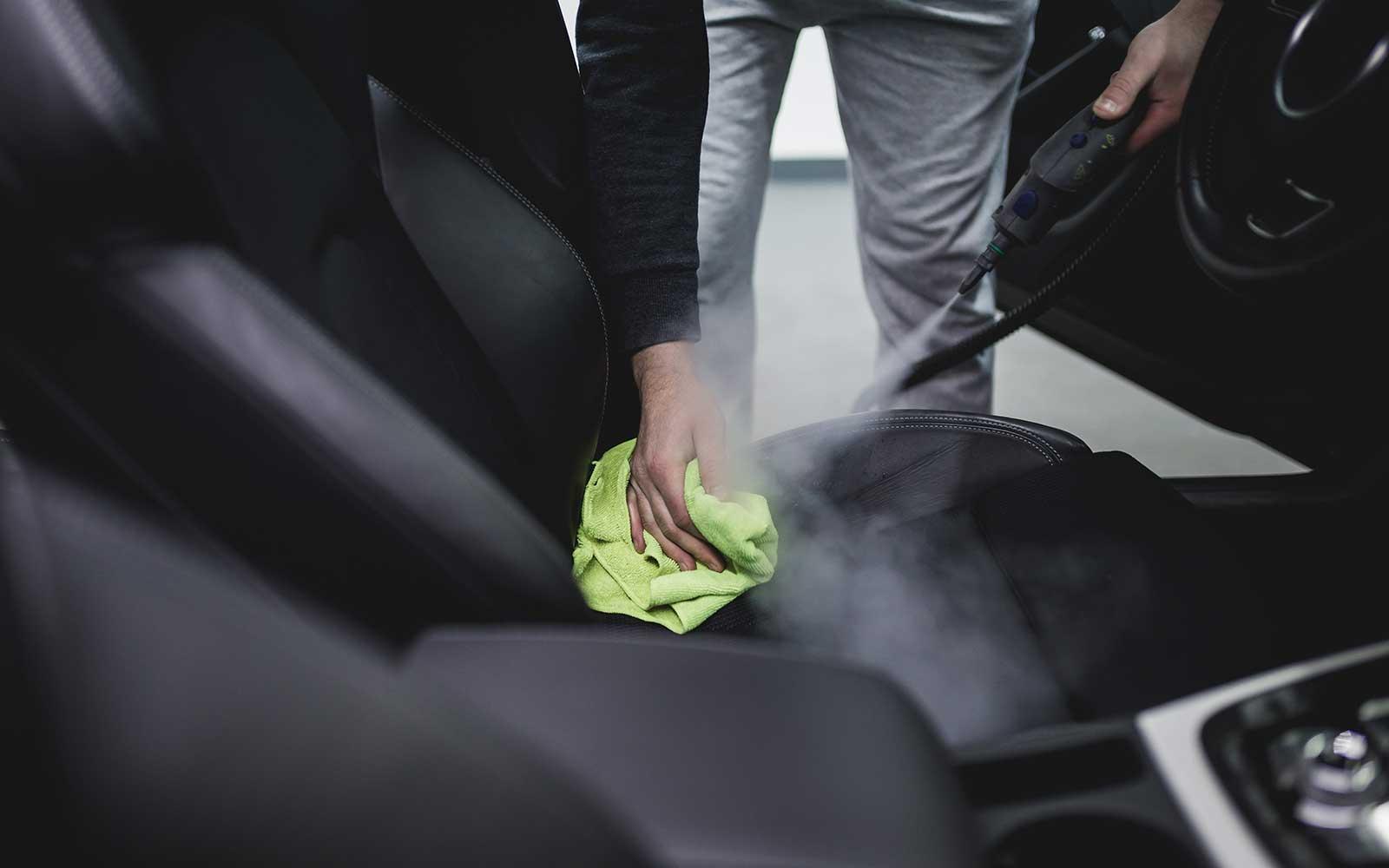 Pulendo la arazzi dell'auto con vapore